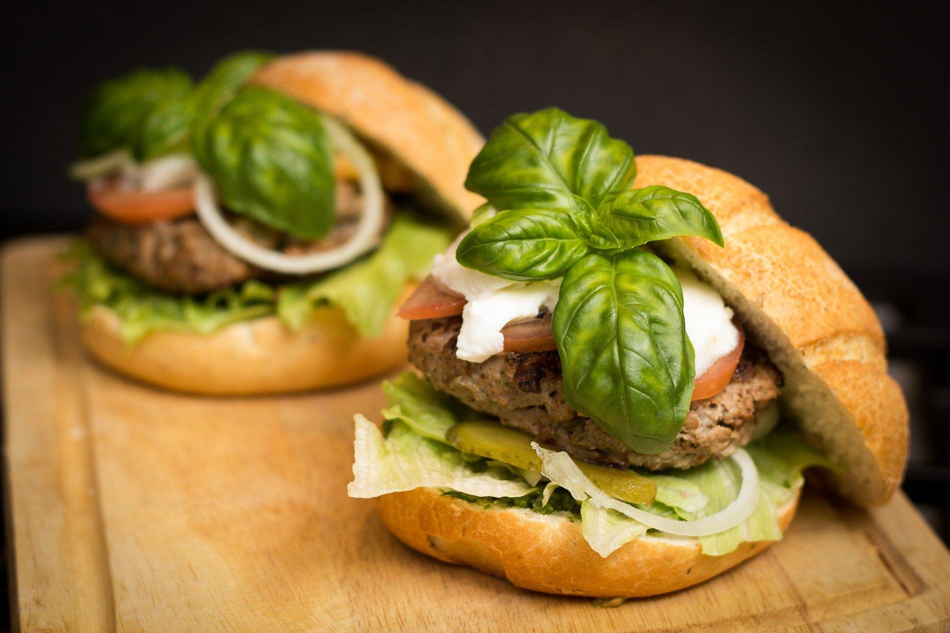 Pizza i burgery najpopularniejsze w dostawie – raport #FoodDelivery2020