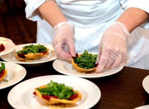 Holandia: Azjaci pracują w restauracjach po 12 godzin za mniejsze stawki