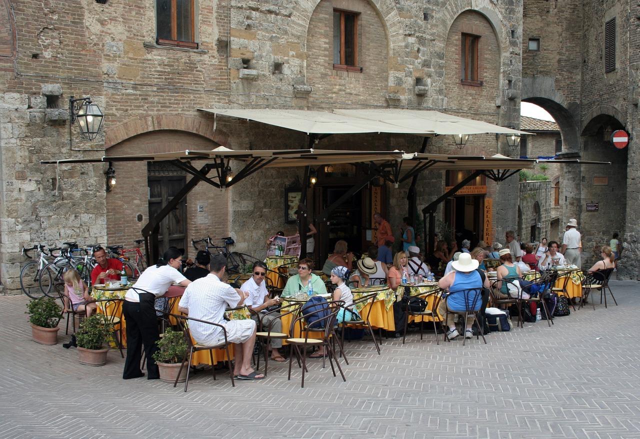 Przy stole w restauracji tylko 4 osoby. Włosi oburzeni